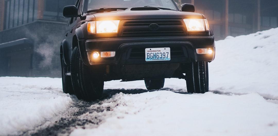 Voiture sur route enneigée